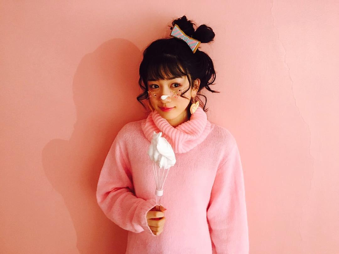 ピンクのニットの永野芽郁
